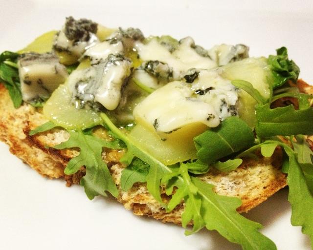 Bruschetta queso azul y pera.