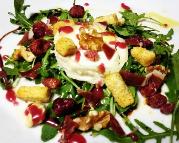 E. queso cabra- jamón- arándanos vinagreta de frambuesa.