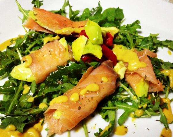 Ensalada de salmón con aguacate y vinagreta mostaza al eneldo.